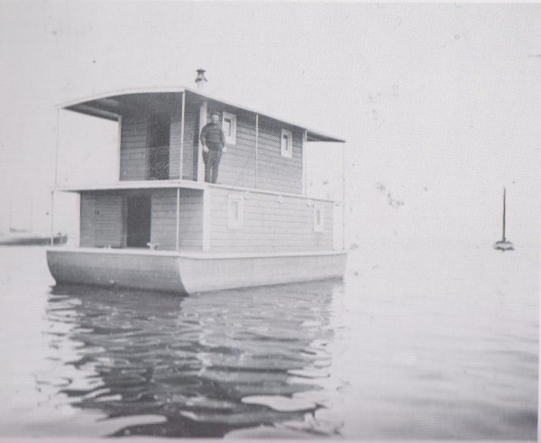 sent-houseboat 001 (600 x 491).jpg